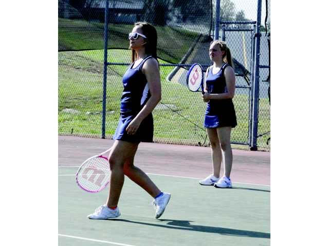 Wildcat tennis blasts visiting Vikings