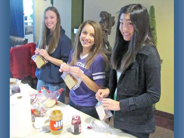 Trinity students make meals for homeless