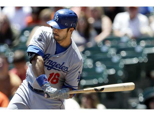 Dodgers' bats struggle again in loss to Giants