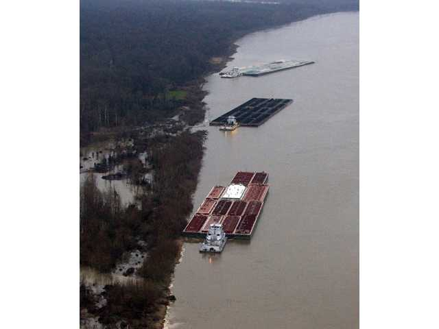 Barge leaked 7,000 gallons of oil