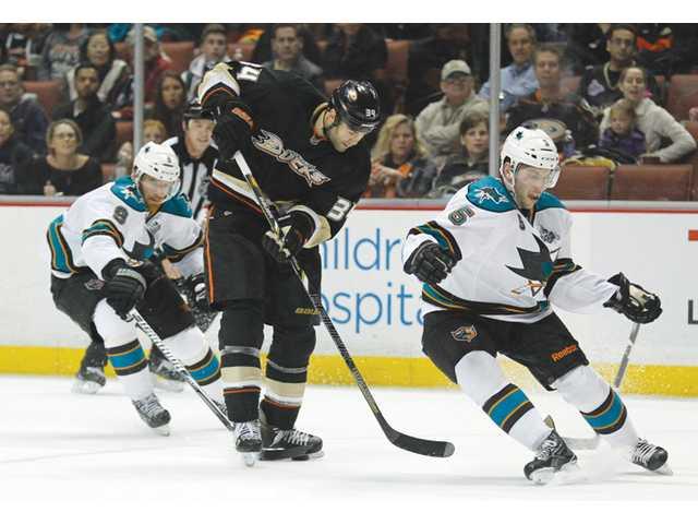 Souray's goal lifts Ducks over Sharks 2-1