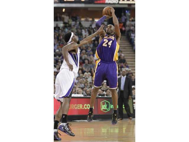 Kobe Bryant leads Lakers past Kings, 103-98