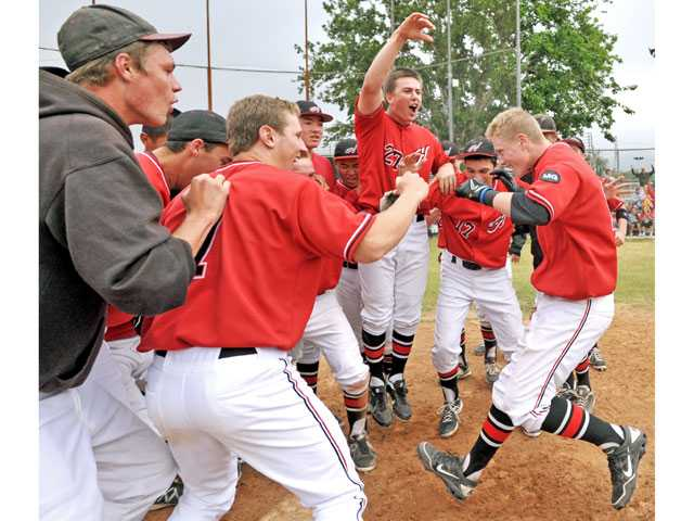 Hart baseball defeats Valencia in walk-off fashion