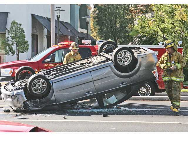 Car flips over in Valencia