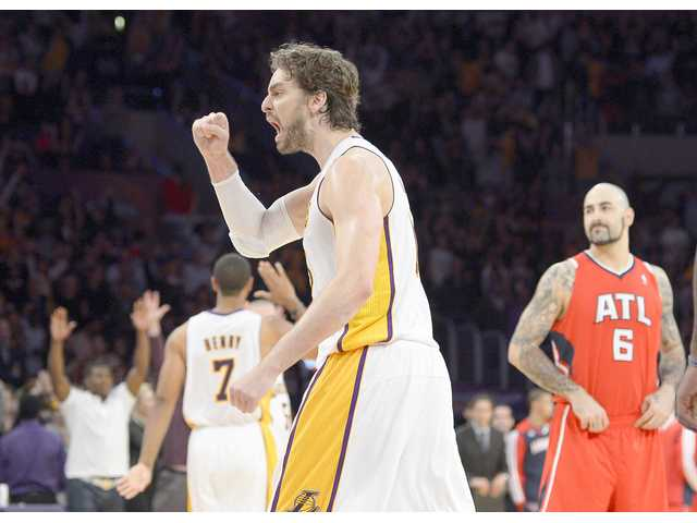 Lakers blow big lead, hang on to beat Hawks