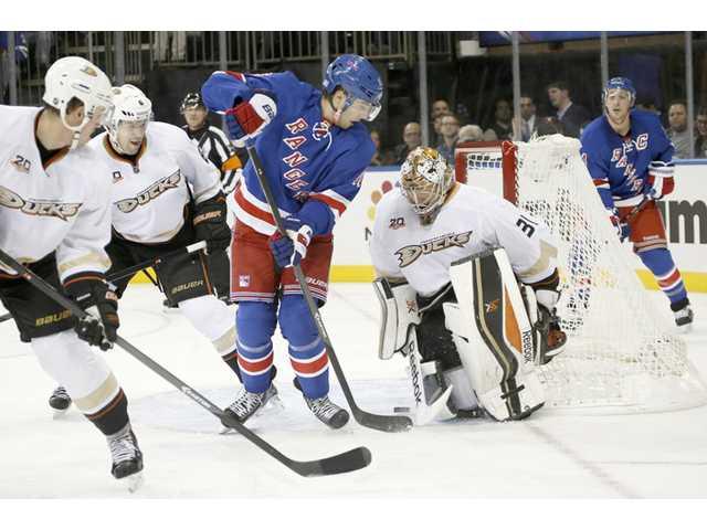 Andersen stays perfect; Ducks top Rangers 2-1