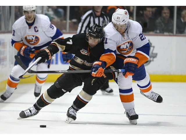 Perry leads Ducks' rout of Islanders