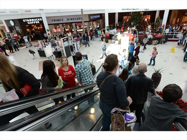 Last-minute shoppers take to SCV shops