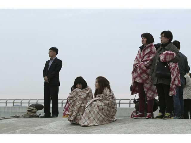 Ferry sinks off South Korea; 6 dead, 290 missing
