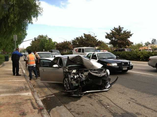 Car slams into 4 parked vehicles in Valencia