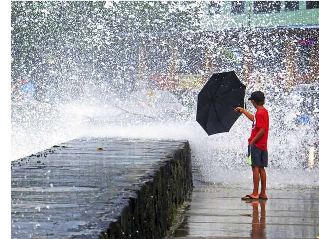 Tourists back to paradise as Hawaii area struggles