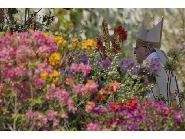 Pope Francis, huge crowd celebrate Easter