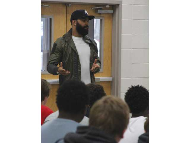 Pro football veteran gives time to Doggs