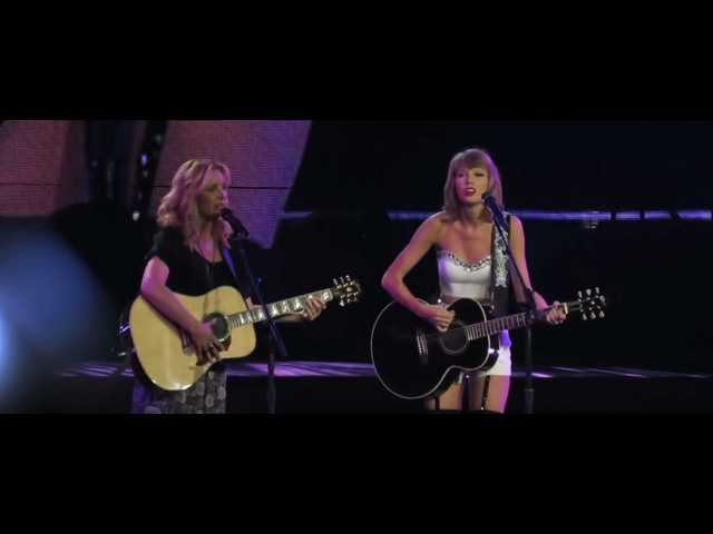 Watch Taylor Swift, Phoebe Buffay perform 'Smelly Cat' live
