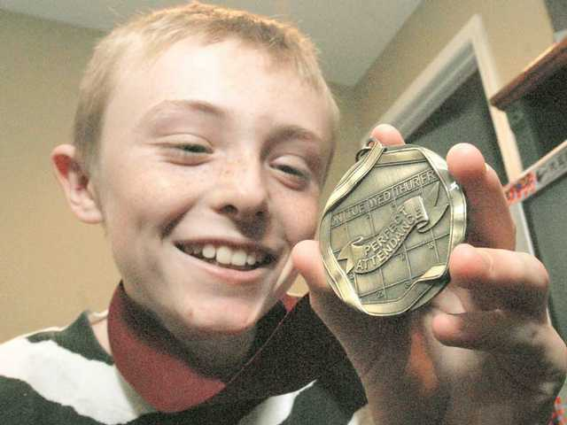 Rio Norte student gets medal for seven years without an absence