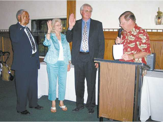 Santa Clarita Mayor Bob Kellar swears in the 2008 Samuel Dixon Family Health Center foundation board officers, (left to right) Chris Ball, Liz Seipel and Ed Bolden.
