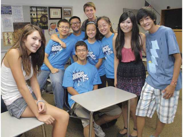 Chinese exchange students (in Saugus shirts, center) Zhuo Yang, Yichau Gao, Tianmei Bai, Bitian Chen and Junyi Gao are joined by their American hosts Alyssa San Lucas, left, Careese Quon and Cameron Quon.
