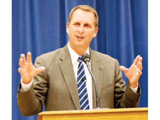 Former Heisman Trophy-winning quarterback Ty Detmer speaks Sunday at the Church of Jesus Christ of Latter-Day Saints in Canyon Country. Detmer spoke about his experiences and integrity in sports.