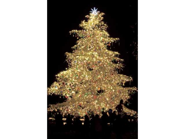 Community Tree lighting ushers in holidays