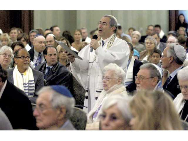 "Cantor Kenny Ellis chants ""Hineni, The Hazzan's Prayer"" as he walks among the hundreds gathered for Rosh Hashana services Thursday at the Hyatt Regency Valencia. Thursday morning began the second day of service for Rosh Hashana."