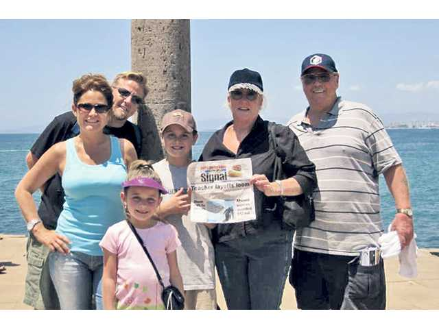 The Hougo family enjoys the Mexican coast with the newspaper.