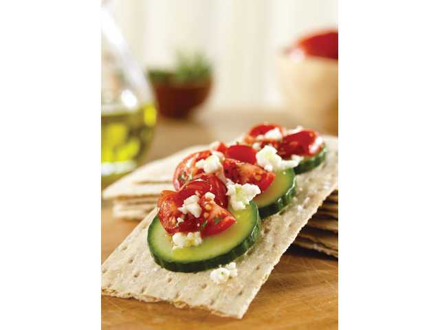 Flatbread with tomato, feta and cucumber.