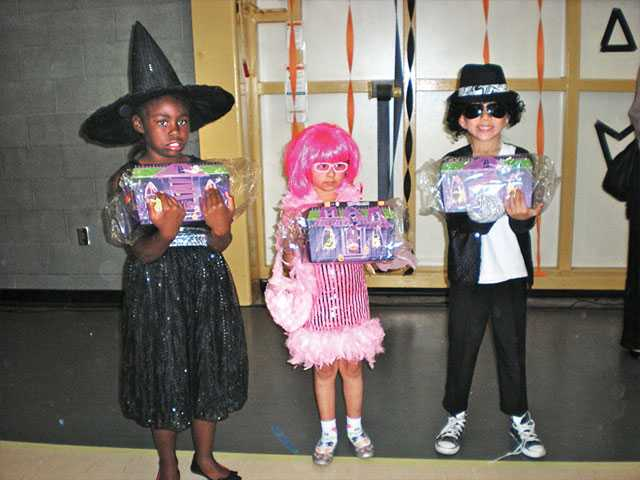 Winners of the Best Costume for ages 5-9 years.