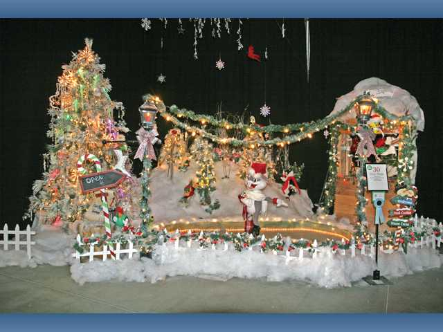 "The Grand Sweepstakes-winning tree design from Six Flags Magic Mountain and Hurricane Harbor, ""Pure Magic"" designed by Donna Bendell."