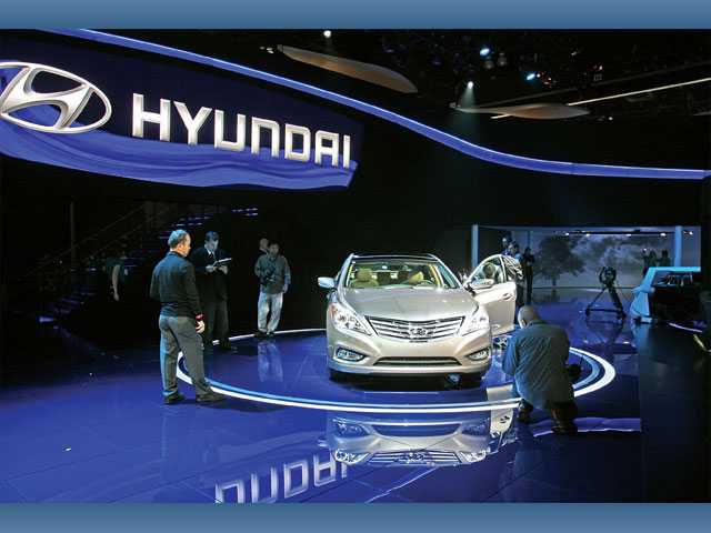 The world debut of the Hyundai Azera commanded intense interest at the L.A. Auto Show.
