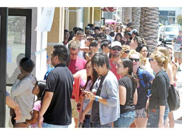 Customers wait to enter TOMS Shoes' Warehouse Sale, hosted by AMS Fulfillment at the Gateway Promenade center in Valencia on Friday.