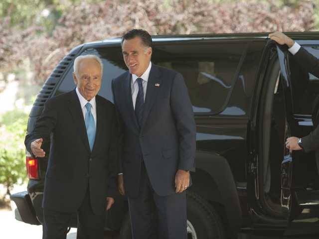 Israel's President Shimon Peres, left, and US Republican presidential candidate Mitt Romney walk during a meeting at the President's residence in Jerusalem, Sunday