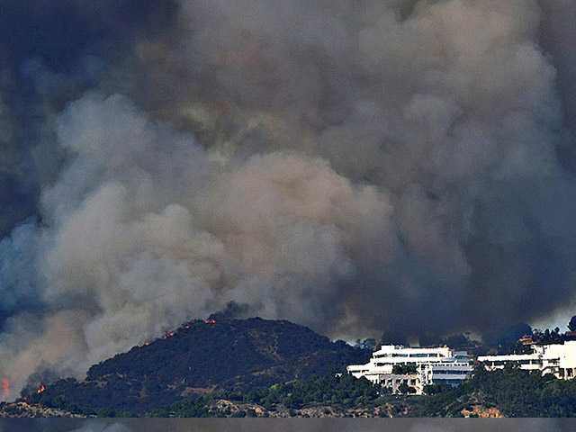 UPDATE: Wildfire erupts in LA near I-405 amid high heat