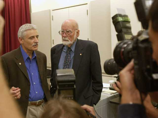 Leland Hartwell, left, talks with E. Donnall Thomas, a 1990 Nobel Prize winner for Medicine, at a news conference at the Fred Hutchinson Cancer Research Center in Seattle on Oct. 10, 2001.