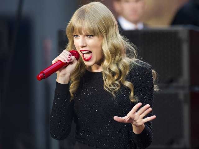 Swift's 'Red' sells 1.2 million copies in debut