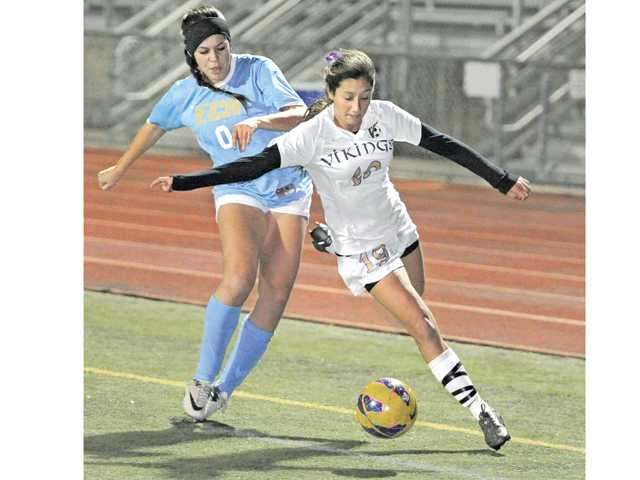 Valencia's Bailey Reid (19) keeps the ball inbounds against El Camino Real's Emma Altschuld on Friday at Valencia High.