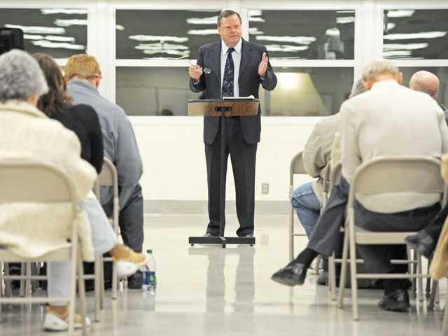 Santa Clarita Mayor Bob Kellar addresses attendees at Wednesday's town hall meeting at Newhall Elementary School.