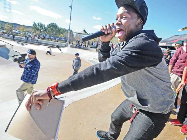 "Announcer Daubier Snell cheers on the skaters during a 13-years-and-under competition at the ""Make It Count"" skate contest held at the city of Santa Clarita Skate Park on Saturday. (Dan Watson/The Signal)"