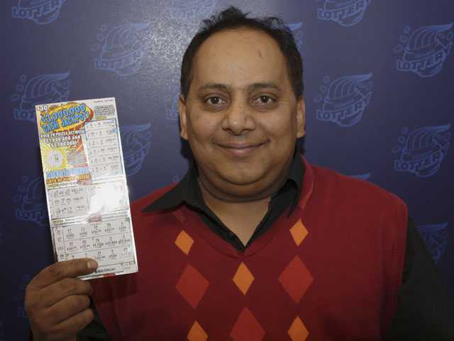 Urooj Khan, 46, of Chicago's West Rogers Park neighborhood, posing with a winning instant lottery ticket. (AP)
