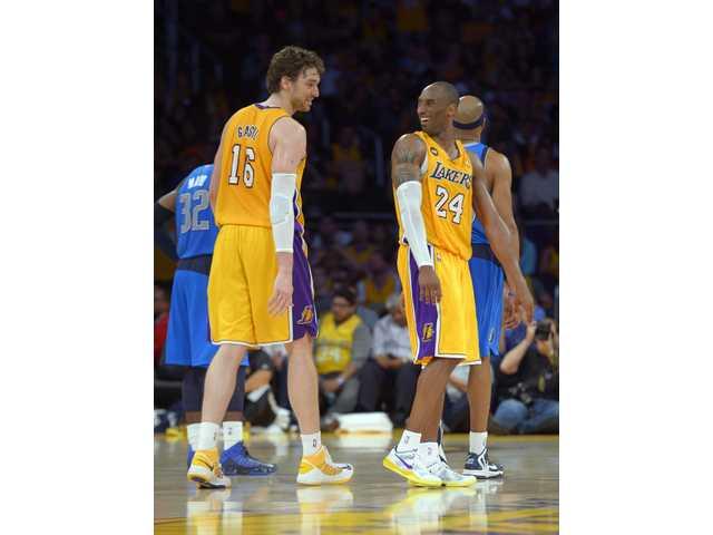 Kobe's triple-double pushes Lakers past Mavericks