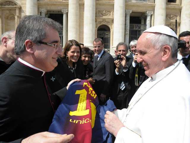 Miguel Delgado Galindo, left, presents a jersey of Argentine soccer star Lionel Messi to Pope Francis, at the Vatican on Wednesday.