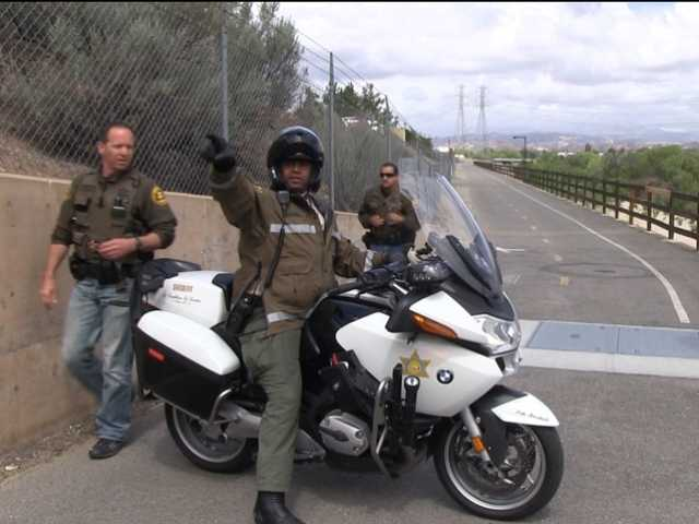 Deputies from the Santa Clarita Valley Sheriff's Station coordinate their efforts to find suspects thought to be involved in a burglary on Tuesday. (Ryan Fonseca/The Signal)