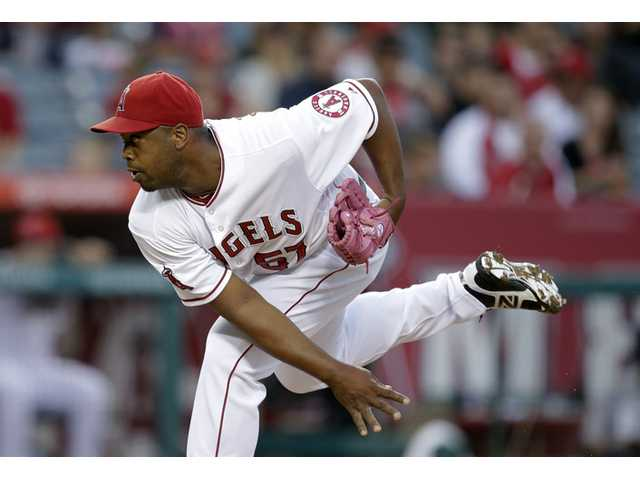 Los Angeles Angels starting pitcher Jerome Williams throws against the Chicago White Sox in Anaheim on Thursday.