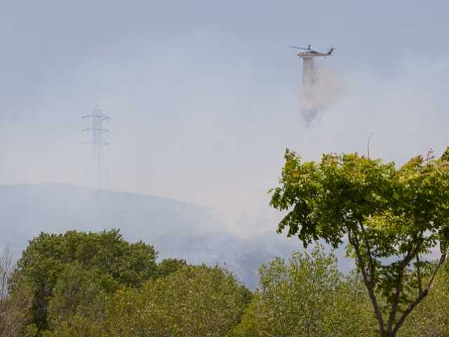A helicopter makes a water drop on a brush fire in Castaic Thursday afternoon. Photo courtesy of Sean Williams, DSE Photography.