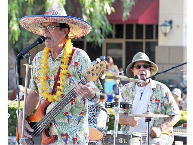 John Hatton, left, and Tony Jones of The Hodads perform at Valencia Marketplace on Friday.