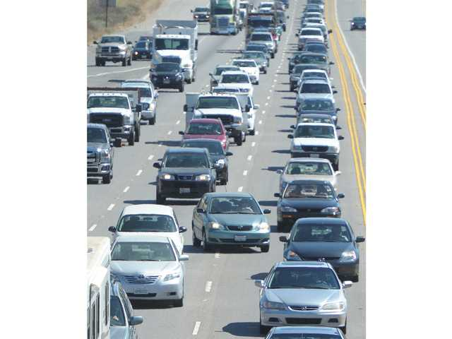 Southbound traffic from the Santa Clarita Valley was slowed early Thursday when the eastbound 210 Freeway was closed due to an investigation into a fatality. Signal photo by Dan Watson