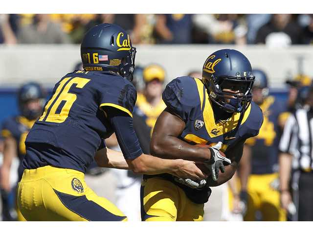 California quarterback Jared Goff (16) hands off to running back and West Ranch graduate Jeffrey Coprich (30) against Washington State in Berkeley on Saturday.