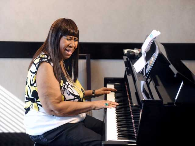 Aretha Franklin announced the pre-production of her new album as she played a few songs for the media Wednesday.