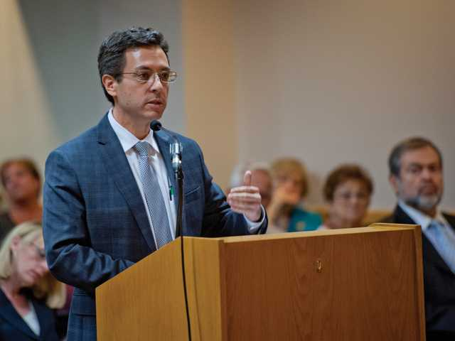 Robert Silverstein addresses the Board of Directors during a chloride level compliance meeting at City Hall on Tuesday. Photo by Charlie Kaijo.
