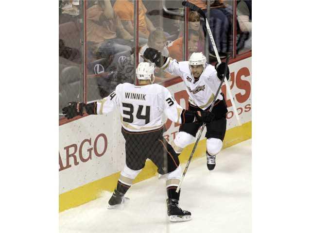 Palmieri scores 2 to lift Ducks past Flyers