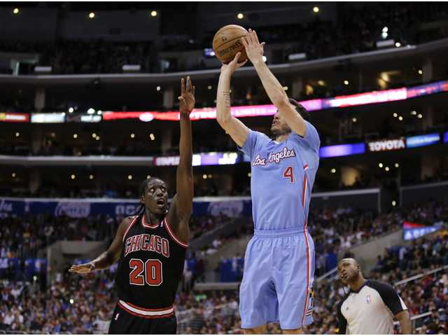 J.J. Redick scored 19 points in Los Angeles' rout of the Chicago Bulls on Sunday.